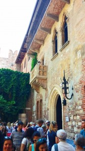 The students visit Juliet's house and balcony in Verona, Italy